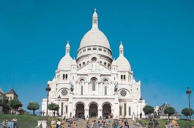 Издали белеет над Парижем Сакрэ-Кер – церковь на Монмартрском холме. Ее поставили в память жертв франко-прусской войны 1870 года.
